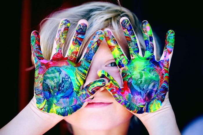 Vì sao cha mẹ không nên trách mắng trẻ vẽ nghịch lên tường nhà?